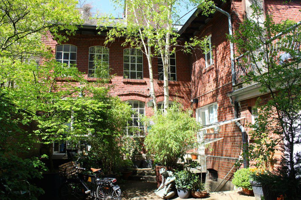 Textagentur von außen, Backsteinhaus, grüne Pflanzen
